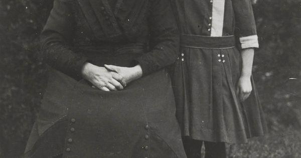 grootmoeder beppe ieke de jong met kleindochter ieke grootmoeder draagt friese dracht haar. Black Bedroom Furniture Sets. Home Design Ideas