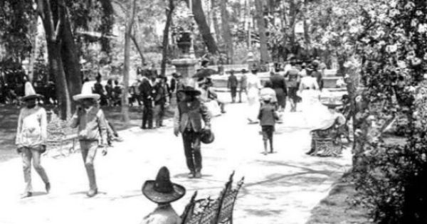 Paseando Por La Alameda Central De La Ciudad De México Imagen De Finales Del Siglo Xix Ciudad De México Historia De Mexico Ciudades