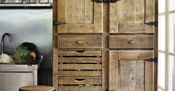 Alacena rustica en la cocina con coleccion de objetos for Objetos decoracion cocina