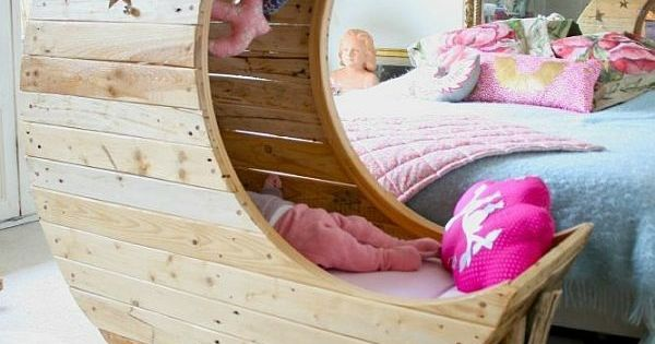 le berceau pour b b en bois et en forme de lune berceau pour b b b b lune et berceau. Black Bedroom Furniture Sets. Home Design Ideas