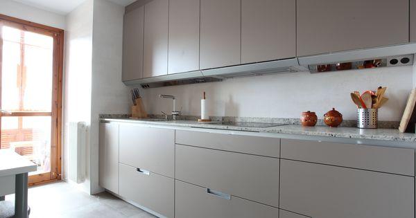 Cocina santos modelo minos e en color gris arena cierre a for Iluminacion encimera