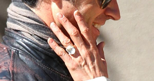 Whoa See Jennifer Aniston S Massive Engagement Ring From Justin Theroux Engagement Ring Pictures Huge Engagement Rings Celebrity Engagement Rings