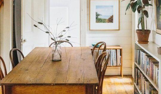 Une tr s jolie table de ferme ancienne cir e et for Table ancienne et chaises modernes