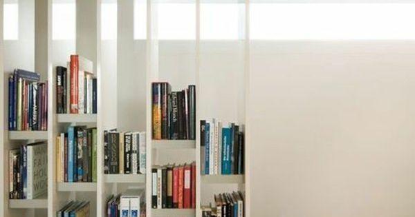 b cherregal aus holz im treppenhaus einrichtungsideen. Black Bedroom Furniture Sets. Home Design Ideas
