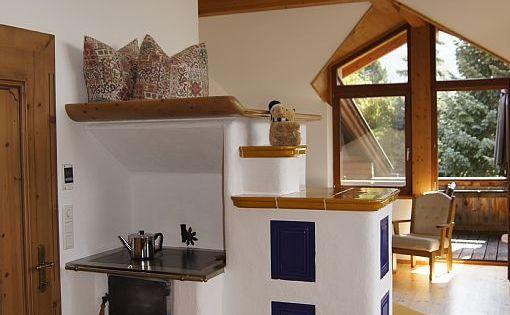 ferienwohnung spielmann ehrwald hohes wohnzimmer mit sichtdachstuhl und gem tlichem kachelofen. Black Bedroom Furniture Sets. Home Design Ideas