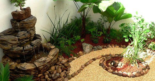 Jardin peque o con fuente de agua palmas piedras y for Fuentes para jardines pequenos