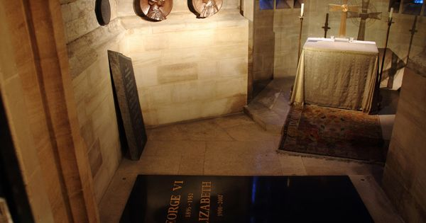 Grave Of George Vi And Queen Mother Grave Site In St George S Chapel Windsor Google Search Queen Mother Famous Tombstones George Vi