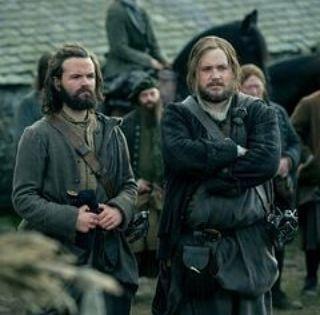 انجوس وروبرت ماكينزي تابعنا على مدى حلقات من المواسم الأولى من مسلسل اوتلاندر الصداقة المميزة بين انجوس وروبرت ماكينز Outlander Outlander Tv Outlander Book