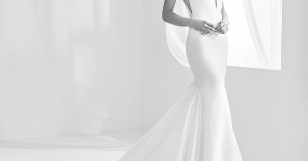 Racimo: Wedding Dress With Plunging V-neckline And Back