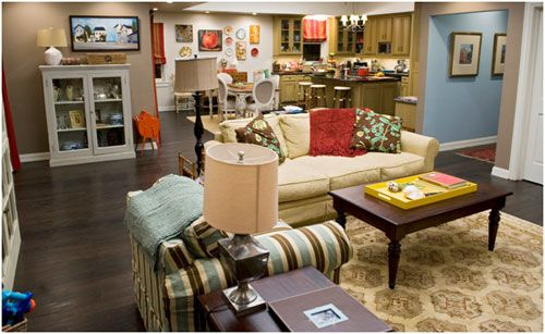 Modern Family 3 Funny Families And Their 3 Fab Houses Modern Family House Modern Family Rooms Family Room