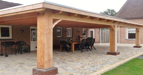 Klassieke robuuste houten veranda aan huis met plat dak lichtkoepel lichtstraat van lariks - Huis met veranda binnenkomst ...