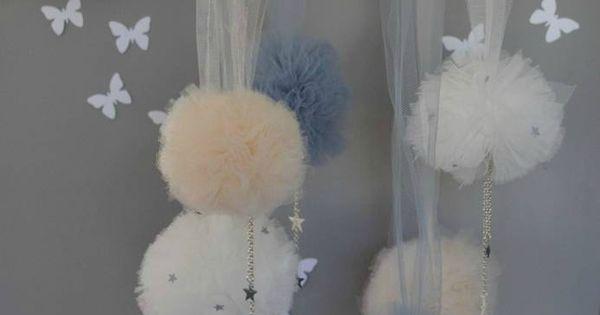 mobile pompons de tulle beige gris blanc étoiles décoration chambre ...