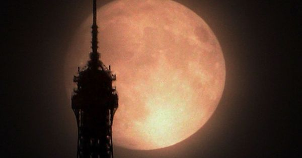 Supermoon Over Paris Image Credit & Copyright: VegaStar Carpentier Explanation: Did you