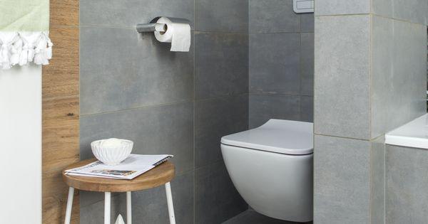 Het bouwkundige muurtje scheidt de toiletruimte op een slimme en mooie manier van de badkamer - Nordic badkamer ...