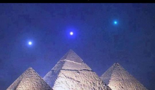 Three planet alignment over Egyptian pyramids // funny ...