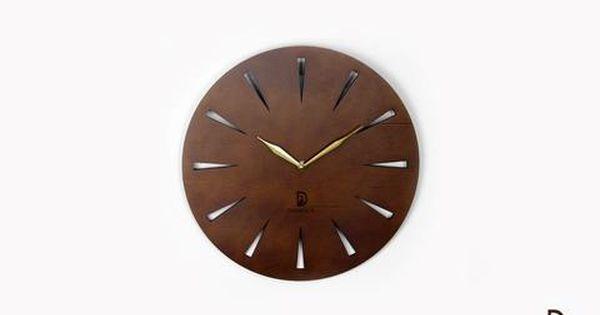 ساعة حائط خشب بتصميم بسيط وهادئ يعطي لحوائط المنزل الوقار والهدوء تصميمها ولونها الرائعين يجعلها قطعة مميزة في غرفتك تصميمها الخا Wall Clock Clock Home Decor