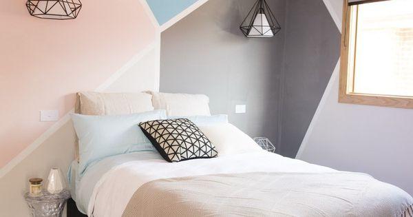 Une chambre avec des formes g om triques peintes au mur for Mur geometrique
