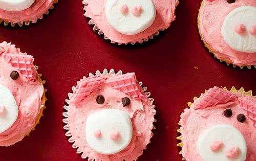So cute!!!! Pig Cupcakes (Wafer cookies, mini chocolate chips, marshmallows)