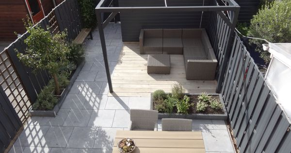 Onze kleine achtertuin met grijze schutting betegeld met 60x60 tegels in chinees hardsteen en - Houten terras en tegels ...