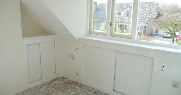 Idee voor schuifdeuren onder de knieschotten zolder schuine wand kast zolderidee n pinterest - Idee kast onder helling ...