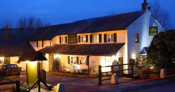 The Queen S Arms East Garston In The West Berkshire Village Of East Garston The Queen S Arms Offers Elegant Accommodation House Styles Mansions Outdoor Decor