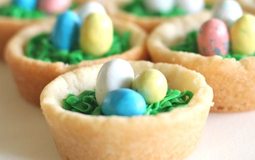 Post with different Easter ideas: bird's nest cookies made with a muffin