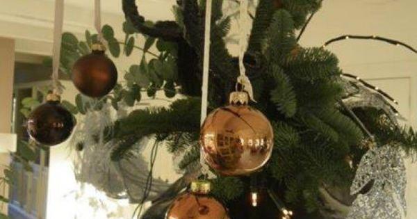 Kerst grote vaas opgemaakt met dikke zwarte kronkel takken en wat kerstballen en kerstgroen - Hoe een lange smalle gang te versieren ...