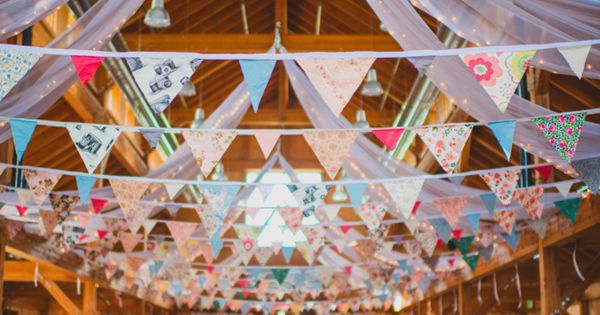 Banderines y telas blancas para decorar el techo en una - Decorar el techo ...