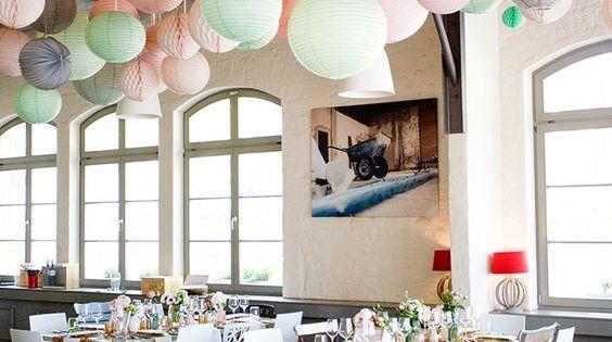 5 tipps zum dekorieren mit pompoms wabenb llen faltrosetten co wabenb lle pompoms und. Black Bedroom Furniture Sets. Home Design Ideas