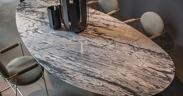 ovaler tisch aus marmor mit puristischer leuchte ruhige. Black Bedroom Furniture Sets. Home Design Ideas