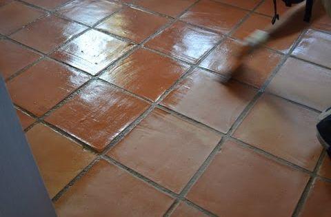 Como renovar el tratamiento de un suelo de barro cocido - Como dar brillo a un suelo de gres mate ...