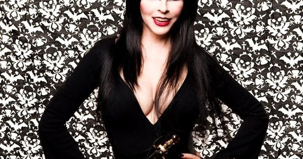 Wallpaper Scott Peterson: Cassandra Peterson (aka Elvira)