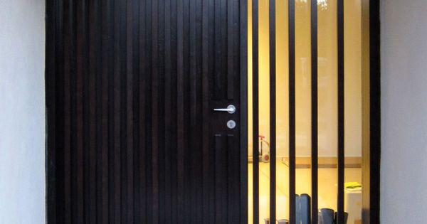 Porte d 39 entr e sur mesure en bois massif porte au design moderne et contemporain pour une villa - Prix d une porte d entree en bois sur mesure ...