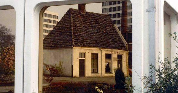 Het oudste huis van enschede weerspiegeld in een raam van het abn gebouw inmiddels - Tijdschriftenrek huis van de wereld ...