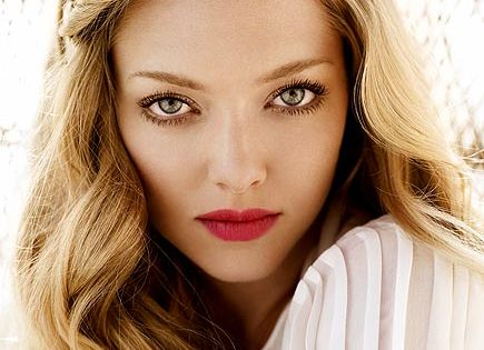 Valentine's Day: AMANDA SEYFRIED: soft waves + red lips