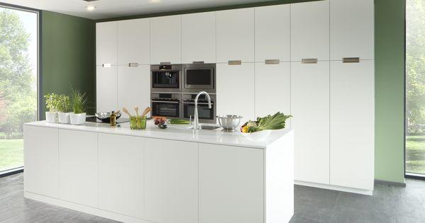 Volledig witte design keuken met een grooot keukeneiland met witte composiet strakke moderne - Groene en witte keuken ...