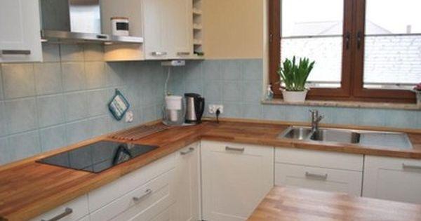 Znalezione Obrazy Dla Zapytania Biala Kuchnia Z Drewnianym Blatem I Brazowe Plytki Kitchen Kitchen Cabinets Decor