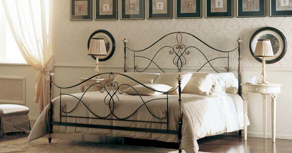 Dormitorio matrimonial cl sico con cama de hierro marr n for Dormitorio oscuro decoracion