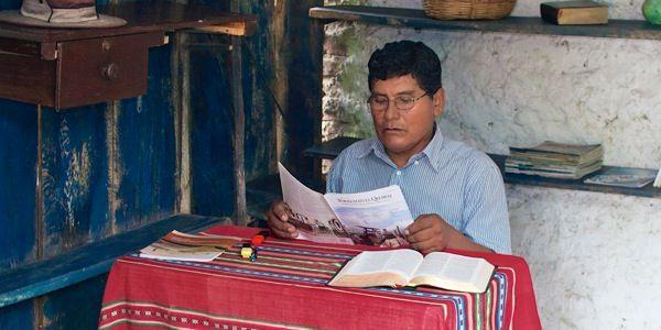 Uma Testemunha De Jeova Estudando A Revista A Sentinela Numa