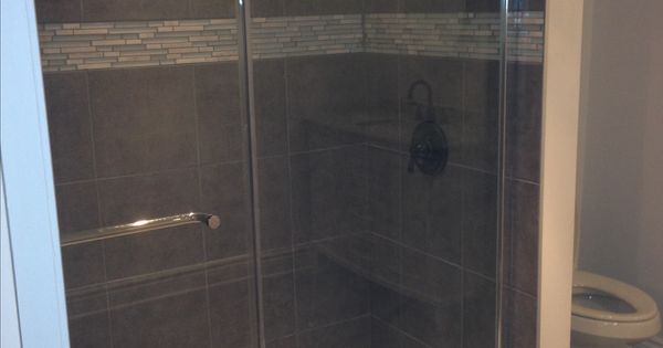 Douche en c ramique avec insertion porte vitr e par les for Porte vitree douche