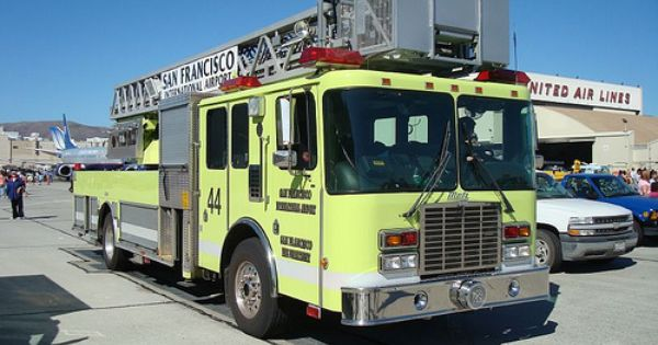 San Francisco Fire Department International Airport Engine 44 At United Airlines Maintenance Base In San Bruno California Fire Trucks Fire Dept Fire Rescue