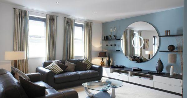 wohnzimmergestaltung blaue akzentwand runder wandspiegel ...