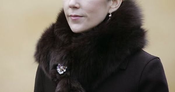 crown princess mary perhaps too dark of a brown love the brooch add pinterest princess. Black Bedroom Furniture Sets. Home Design Ideas