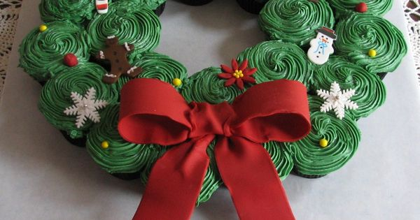 Christmas cupcake wreath. Cut pull-apart cupcake cake idea !