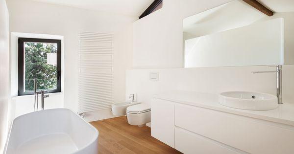 De badkamer moet eigenlijk een heerlijke serene plek zijn omdat je daar je dag opstart en weer - Eigentijdse badkamer grijs ...