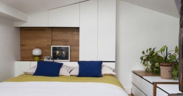 la t te de lit double fonction sert la fois de table de chevet et de placard sur toute la. Black Bedroom Furniture Sets. Home Design Ideas
