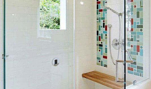 Retro inloopdouche in kleine badkamer, met lekkere bankjes om te ontspannen  욕실 ...