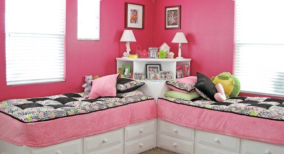 Great idea for 2 beds in 1 room use square table between,