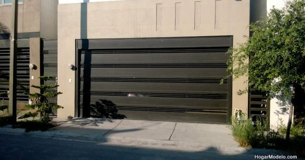 Puerta de garage de herrer a con barras gruesas for Portones de entrada principal