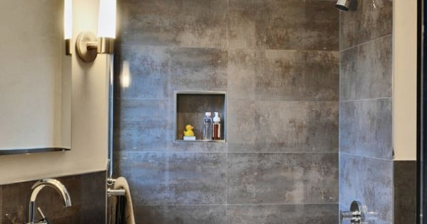 kleines badezimmer fliesen verlegen metall effekt dunkelgrau badewanne bad pinterest graue. Black Bedroom Furniture Sets. Home Design Ideas